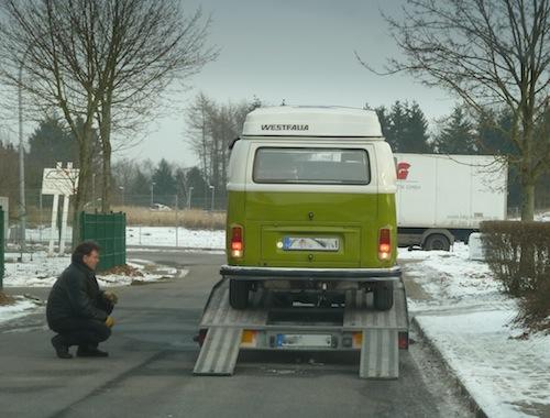 VW T2 Bulli auf Anhänger