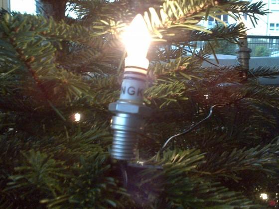 Zündkerze am Weihnachtsbaum