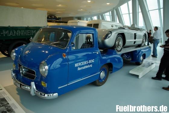 Mercedes-Benz SLR auf klassischem Renntransporter