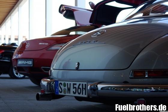 Heckansicht Mercedes SLS und 300 SL